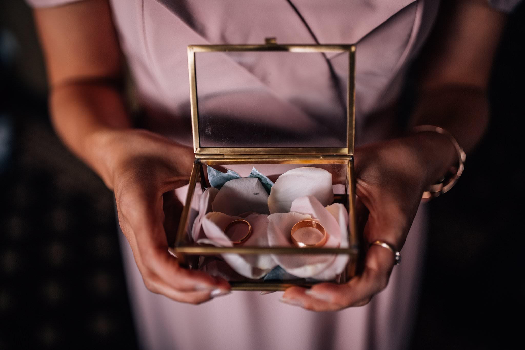 Obrączki w dekoracji Gdzie Szumi Las fotografia ślubna Love Needs