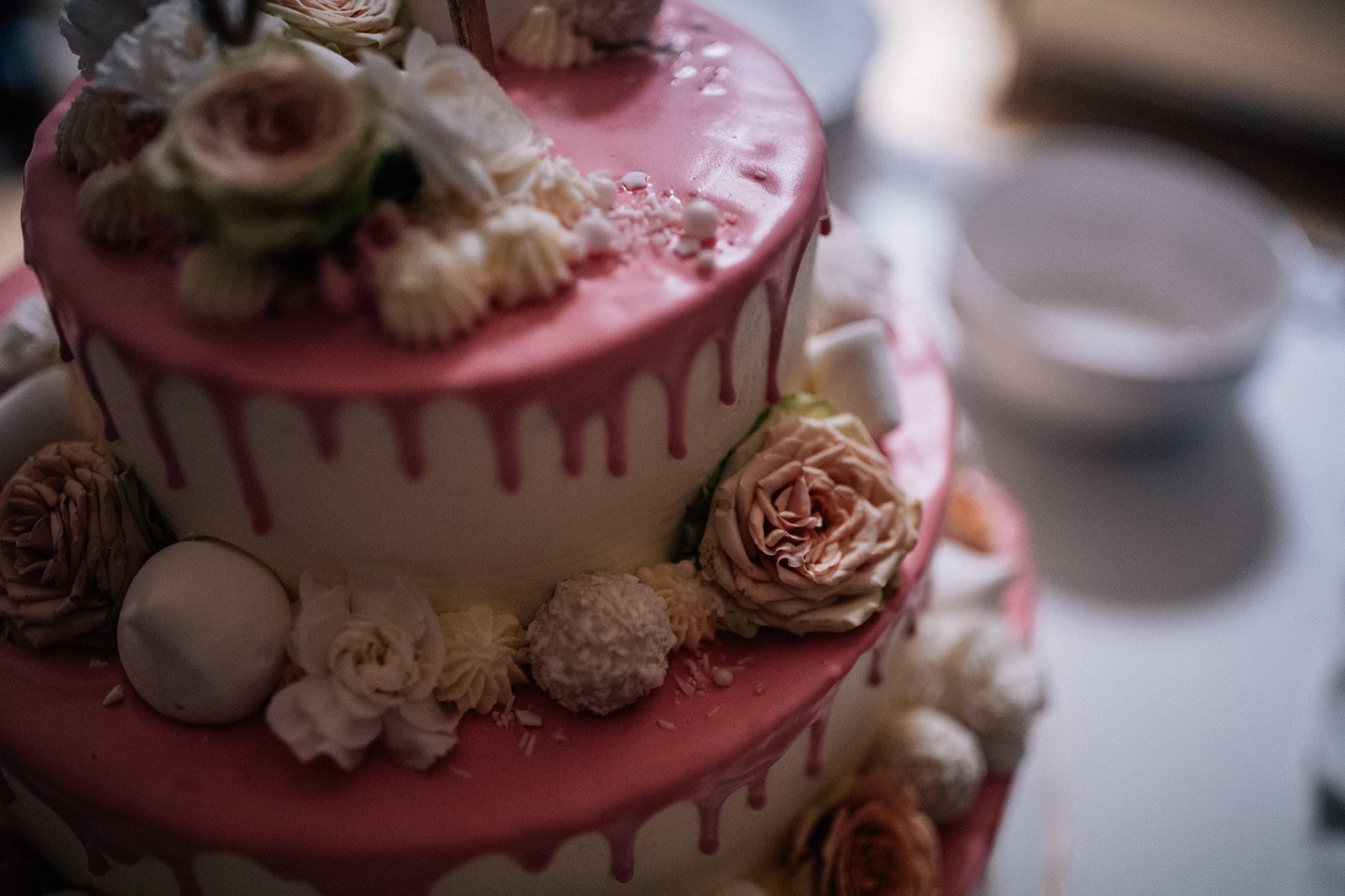 Wyjątkowy tort ślubny Love Needs