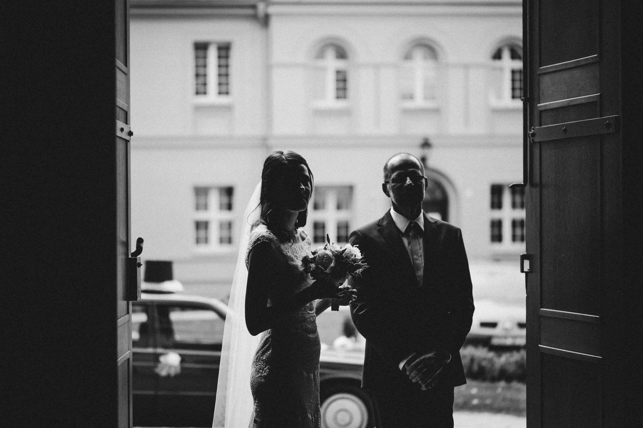 Tata z córką przed wejściem do kościoła Ceremonia ślubna