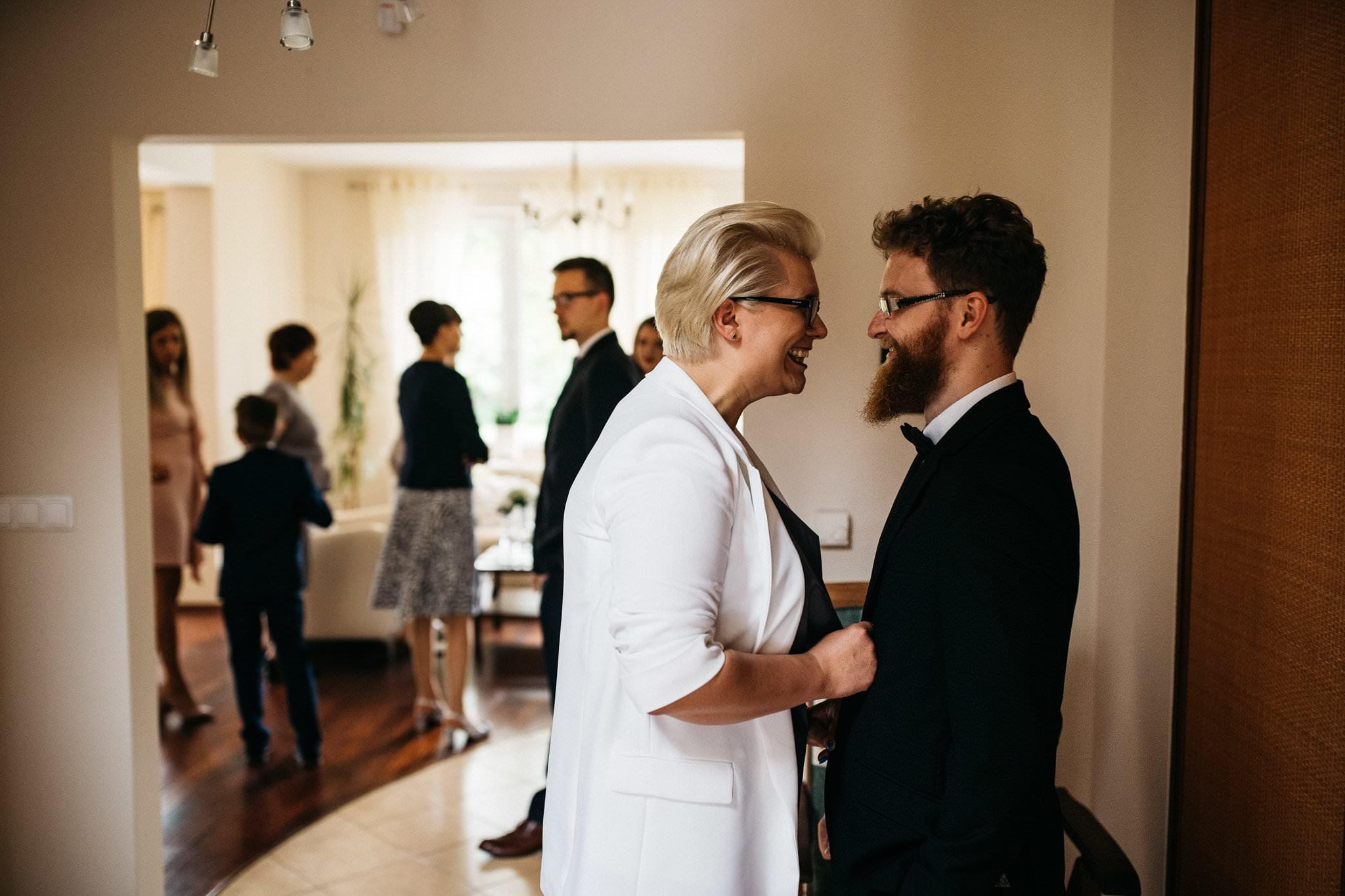 Miła atmosfera w trakcie przygotowań do ślubu