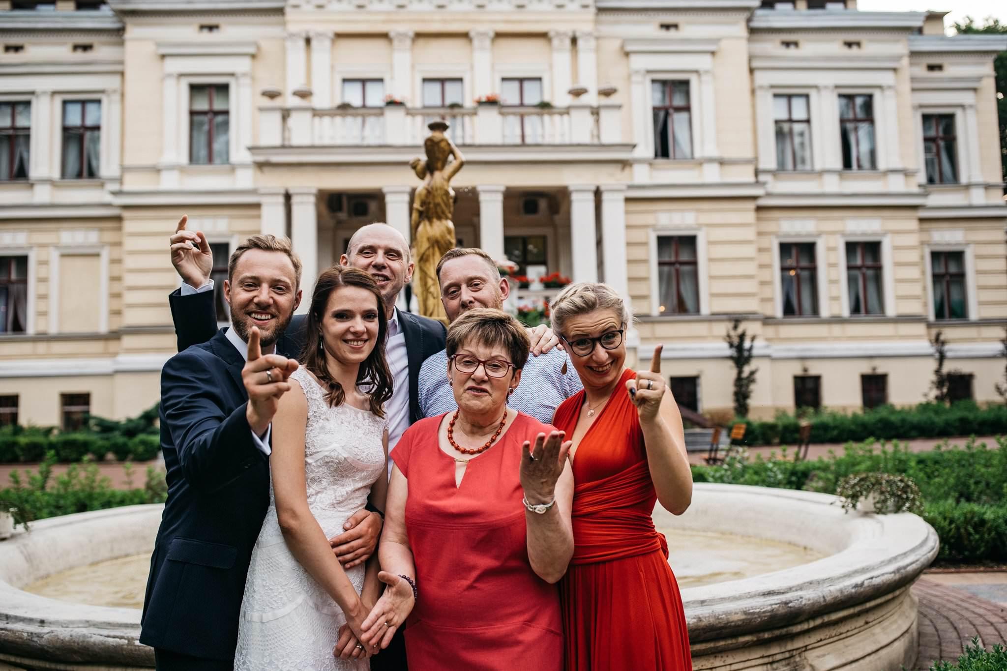 Zdjęcie grupowe z rodziną Fotografia Ślubna