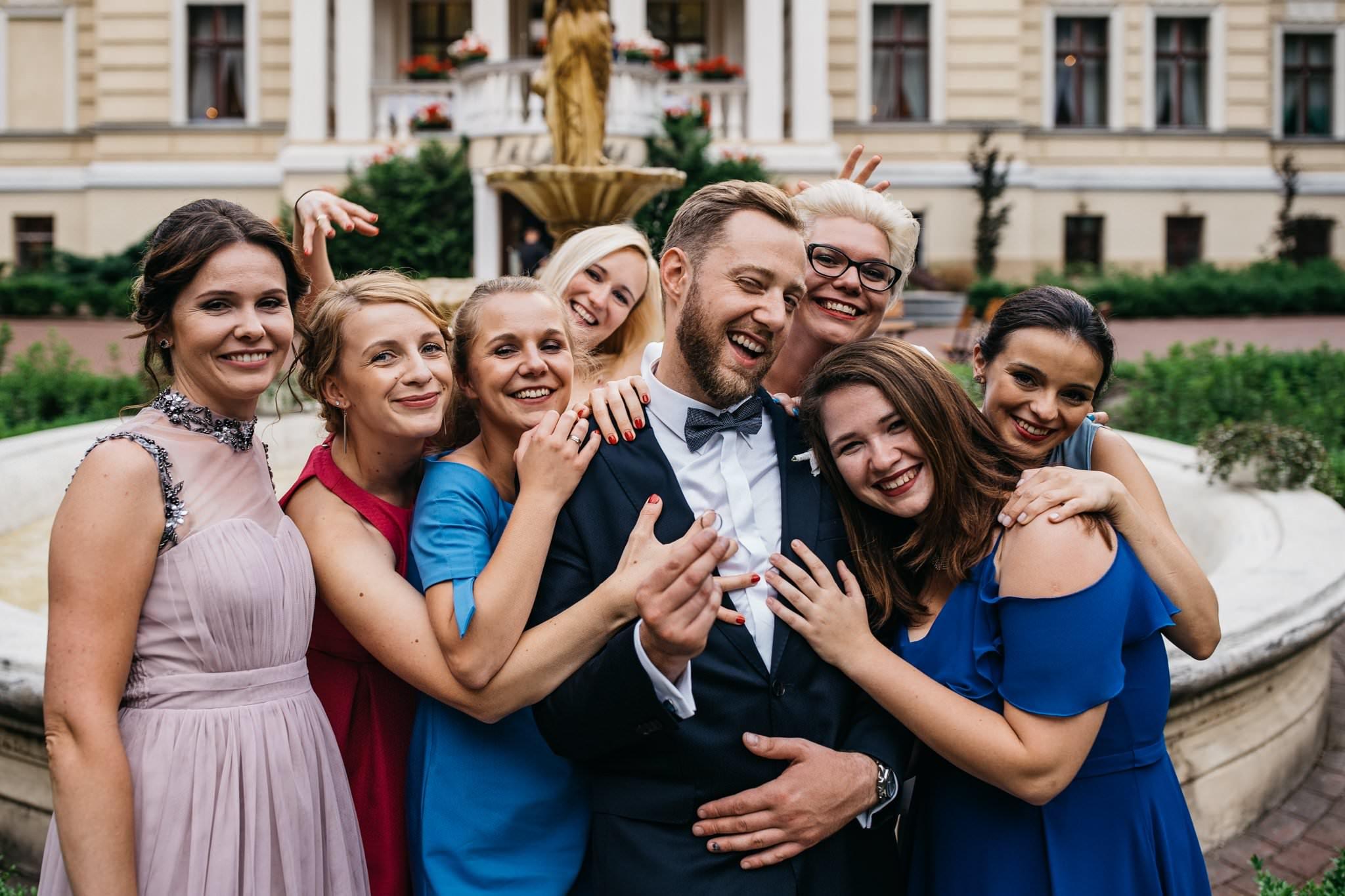 Zdjęcie ślubne z znajomymi