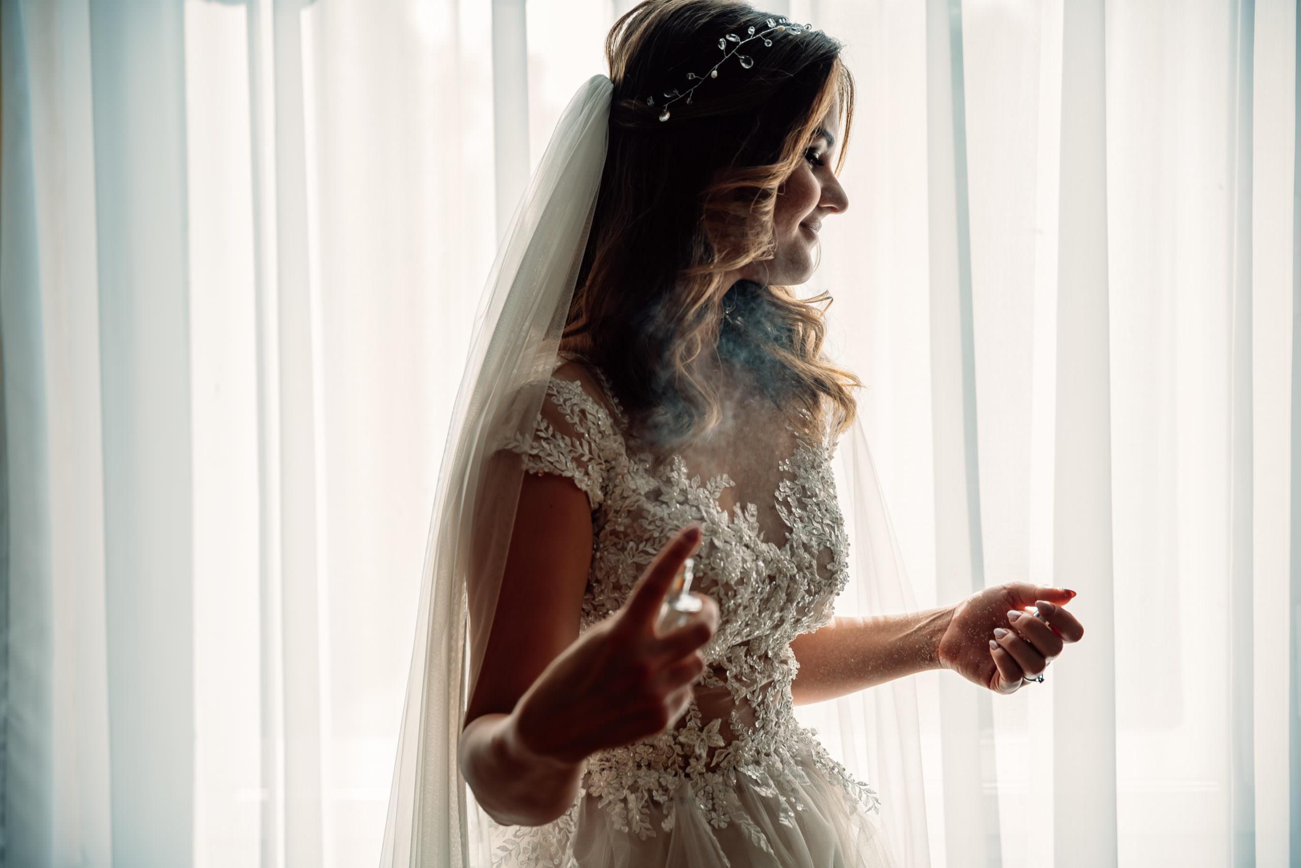 Przygotowania do ślubu w sukni Place for dress
