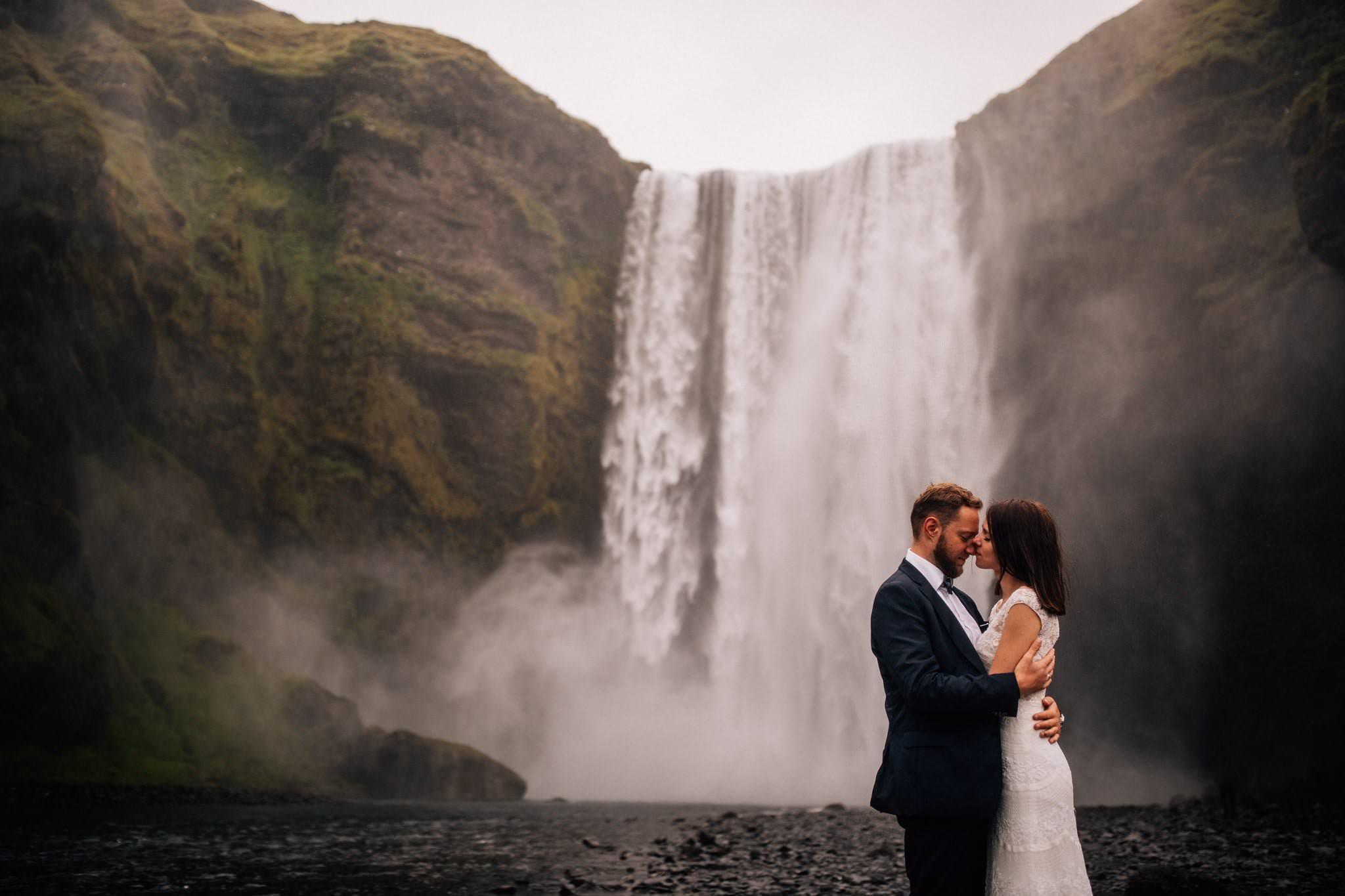 Sesja pary młodej Sesja ślubna Islandia wodospad Skógafoss