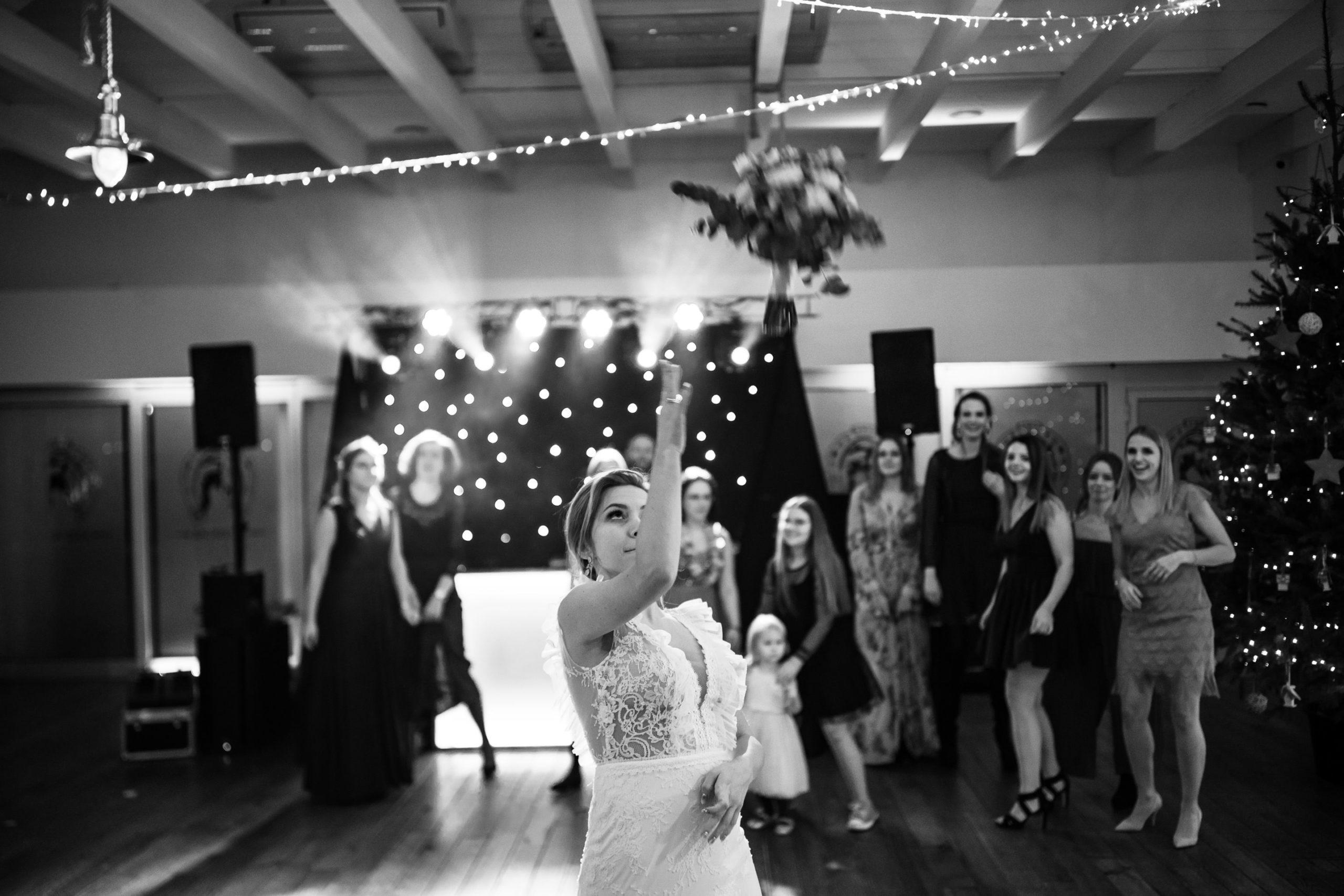 Rzut bukietem przez Panią Młodą na weselu