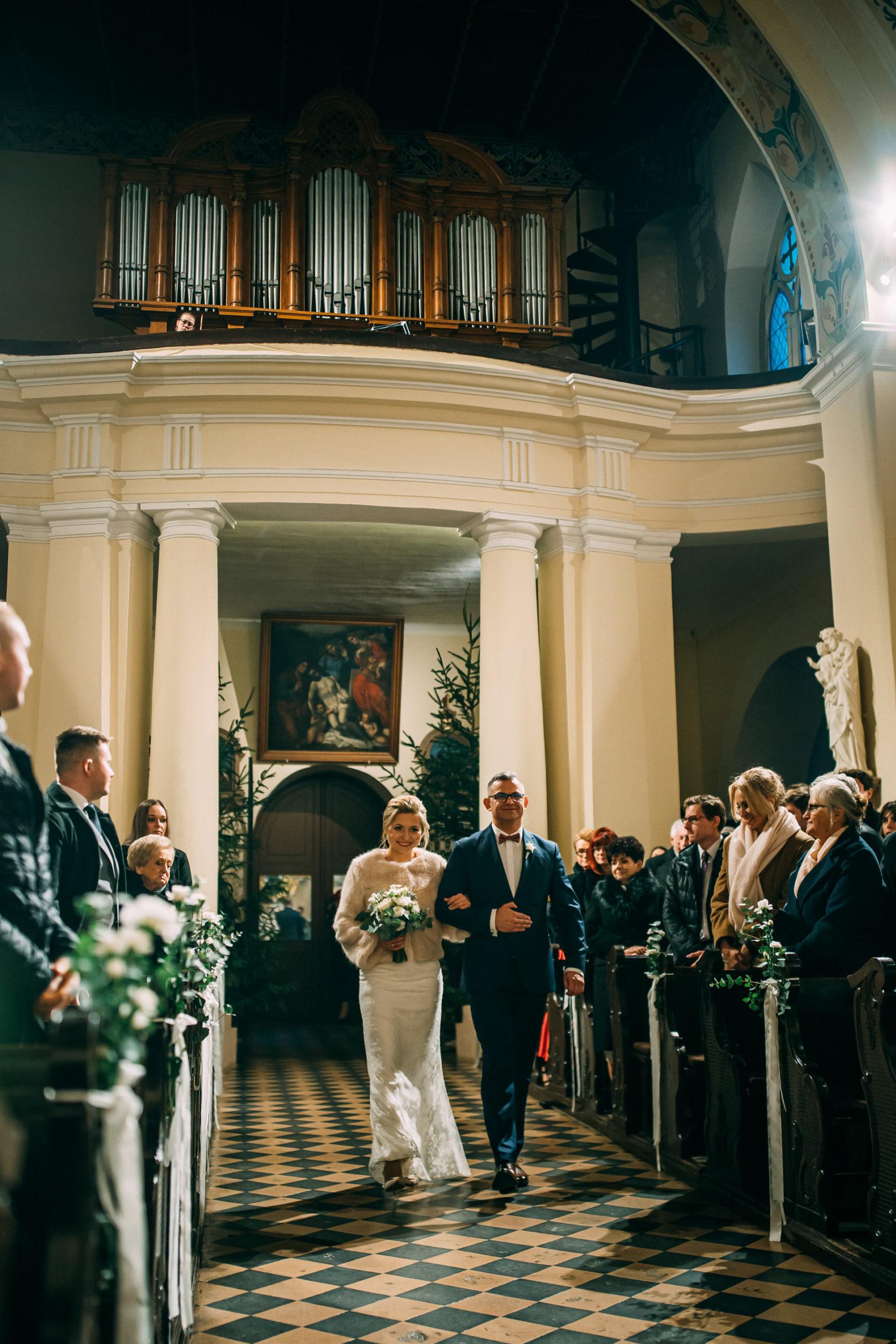 Wejście do kościoła Pani Młodej Reportaż ślubny Love Needs