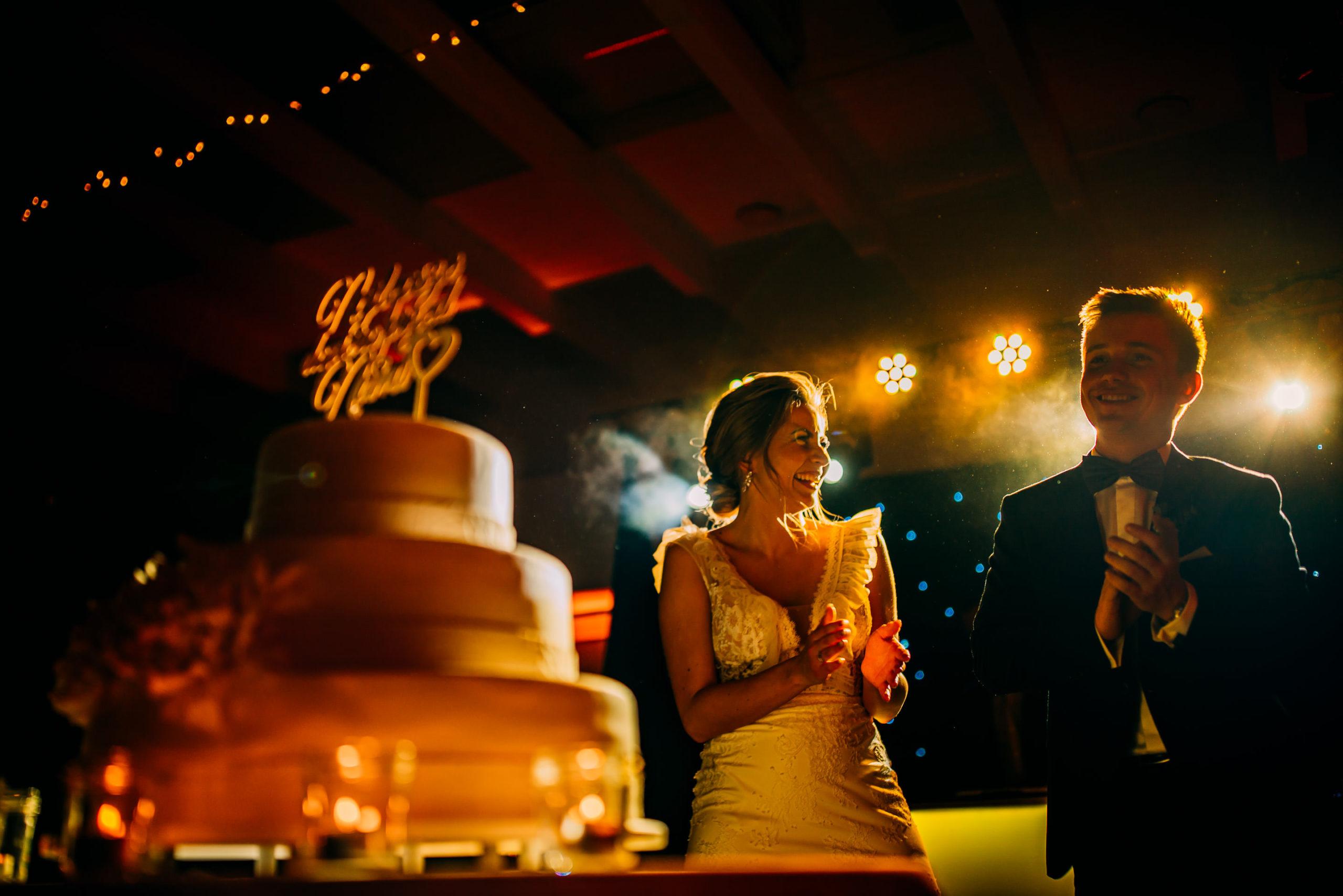 Tort ślubny w trakcie wesela