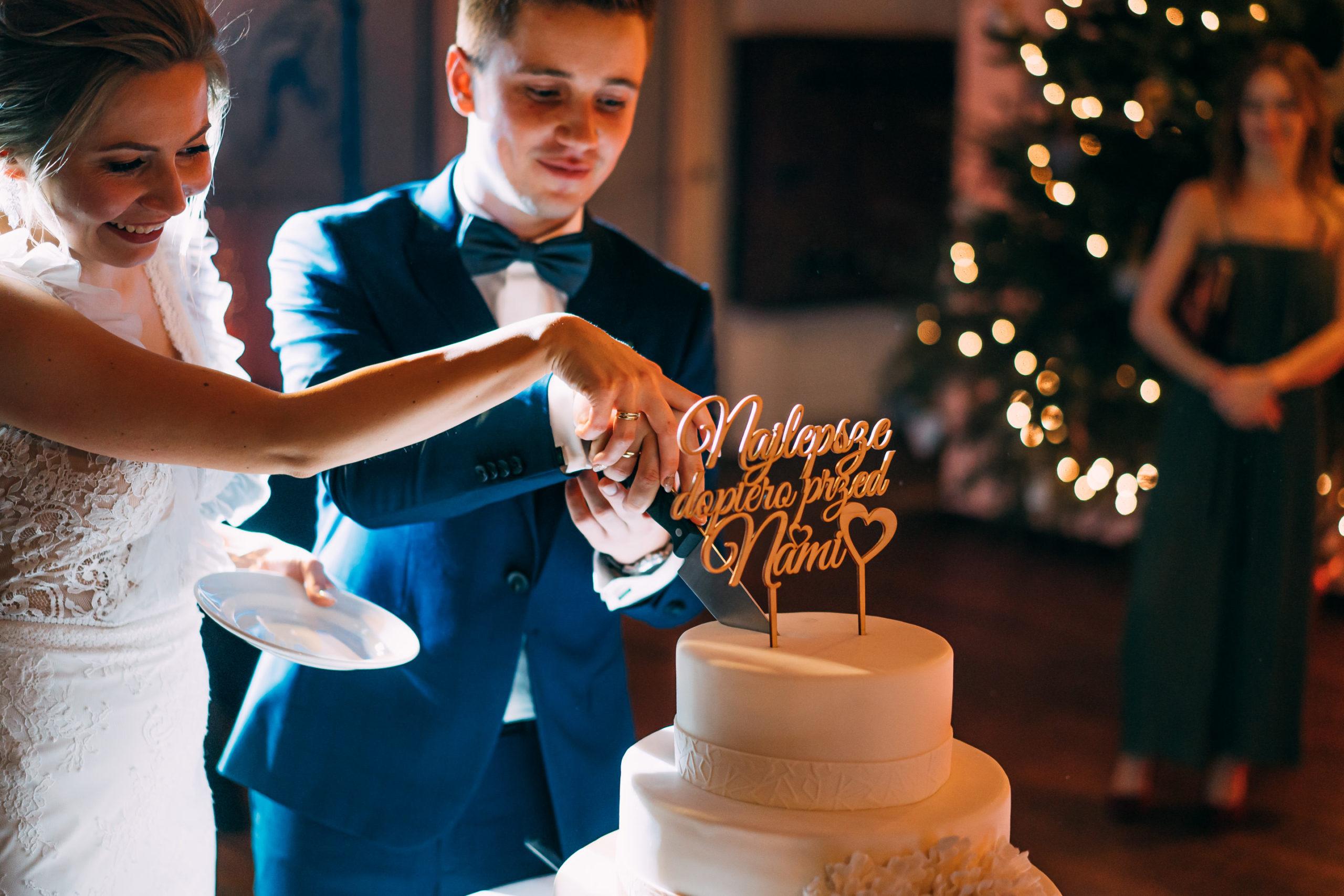 Krojenie tortu przez parę młodą