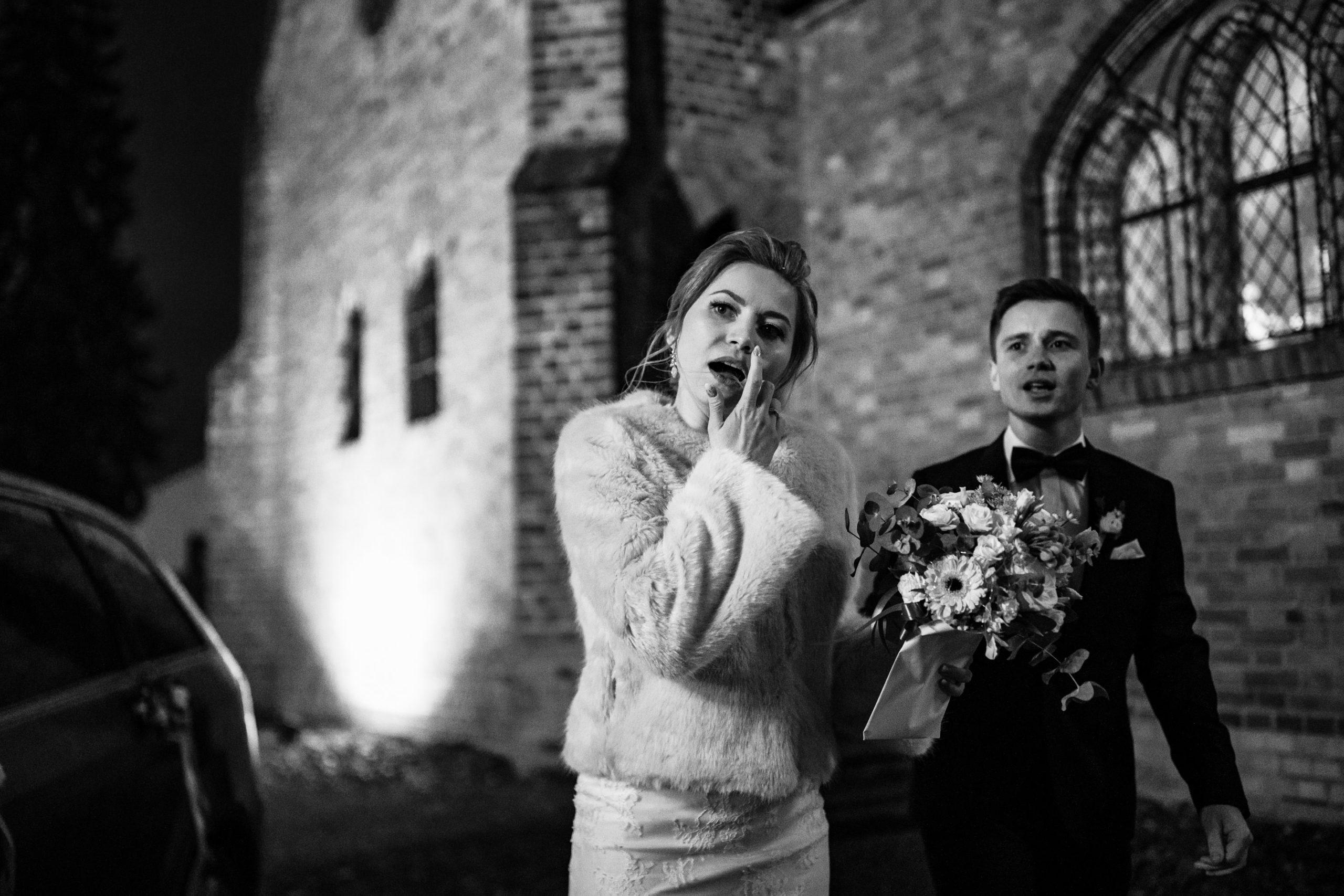Para młoda przy kościele w Miłosławiu