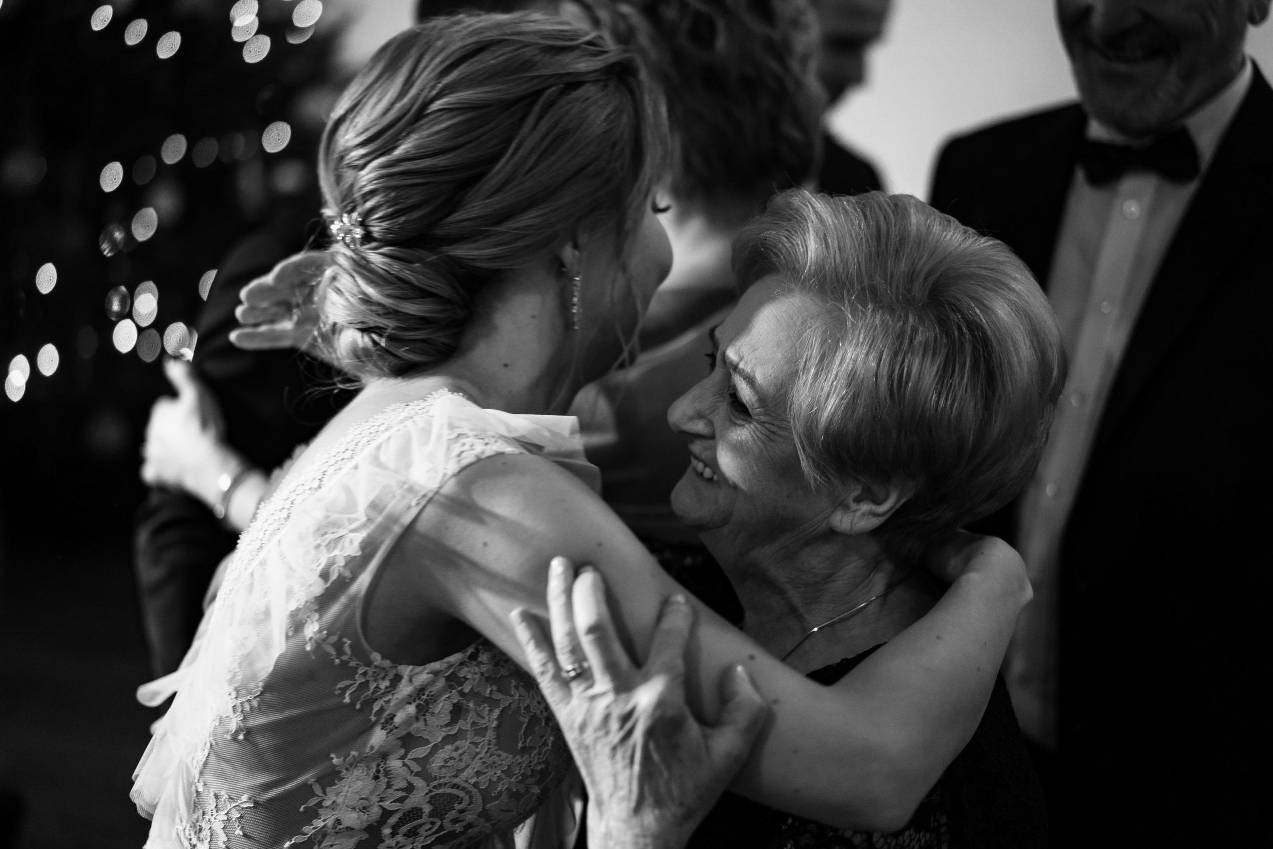 Radość w trakcie życzeń ślubny fotografia Love Needs