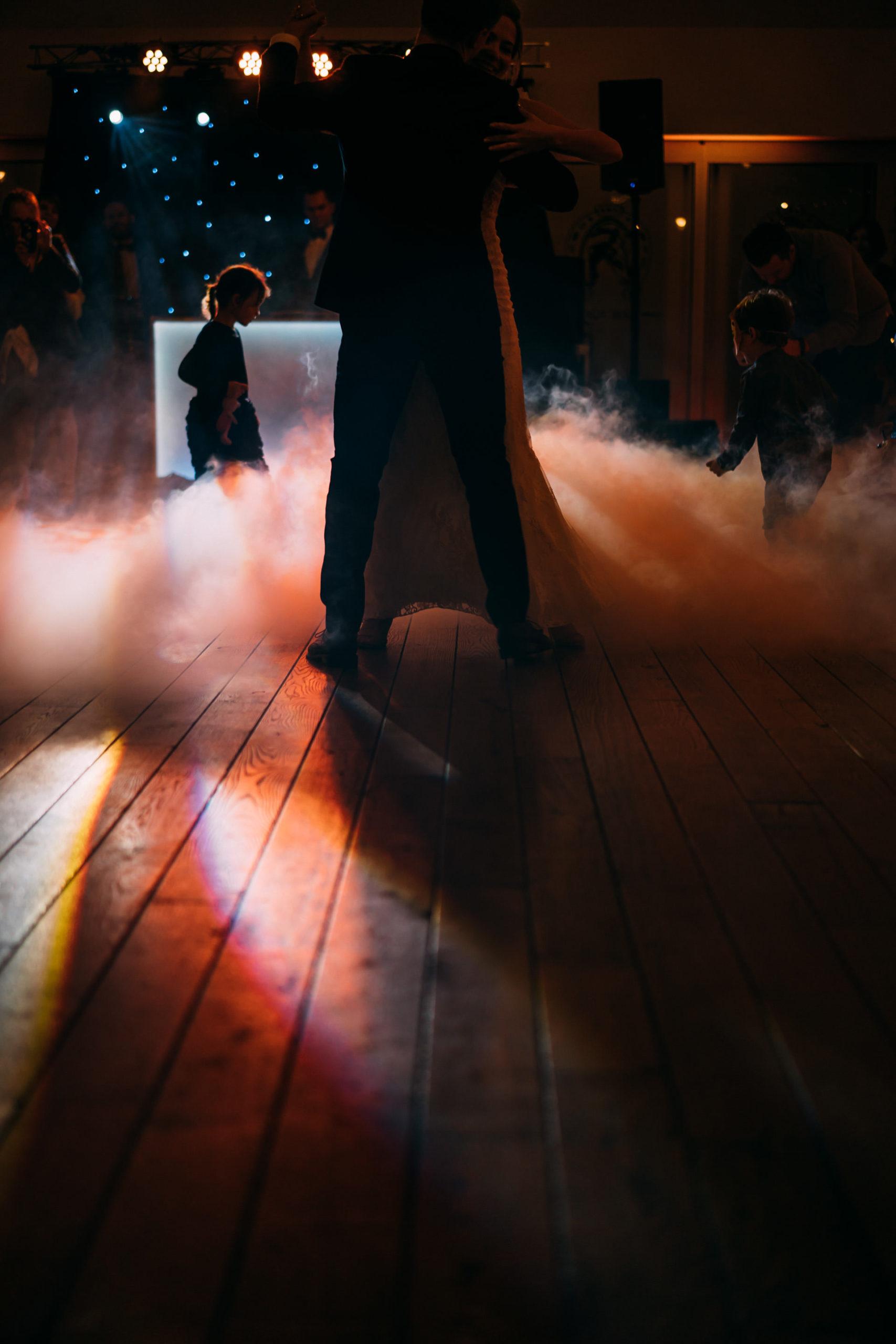 Dzieci w trakcie pierwszego tańca i ciężki dym Bagatelka