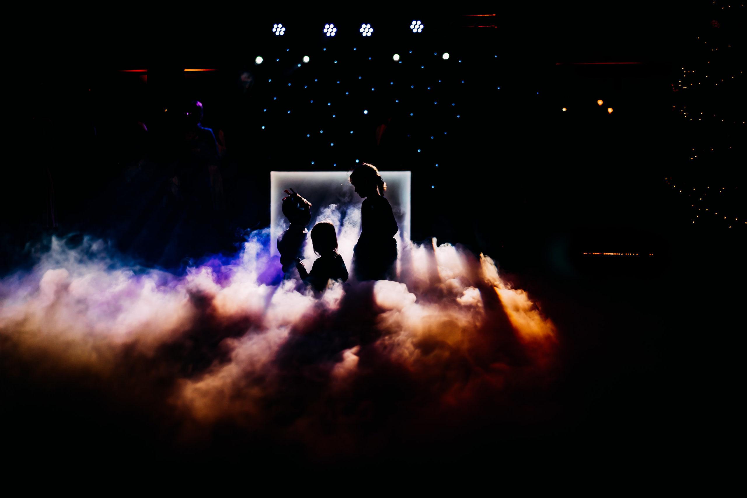 Ciężki dym na weselu i dzieci